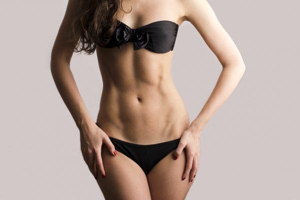 腹筋が割れた女性の腹部