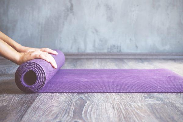 床の上の紫色のヨガマット