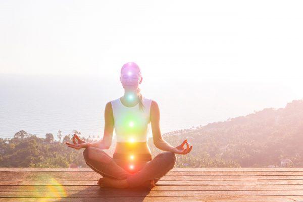 チャクラ瞑想をする女性