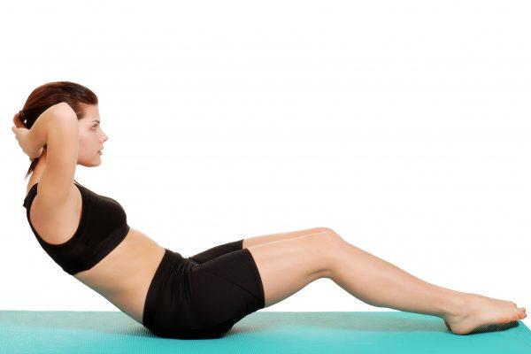 クランチで腹筋をトレーニングする女性