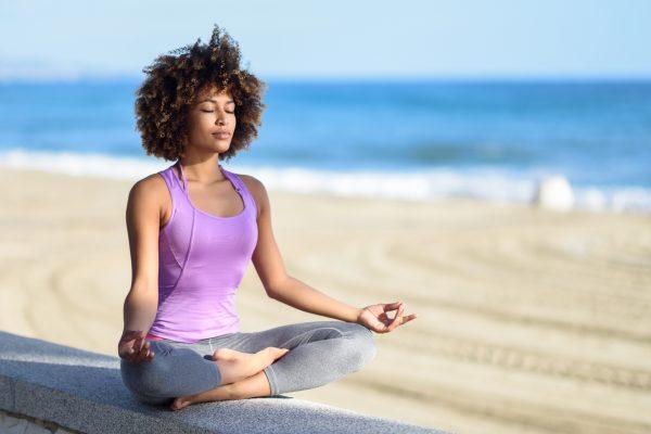 海辺で瞑想をする女性