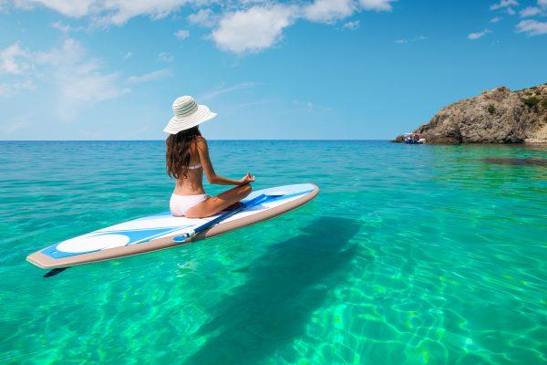 ハワイの水上でヨガをする女性
