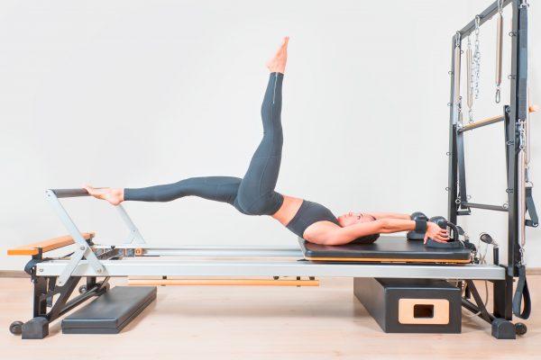 ピラティスマシンでトレーニングする女性