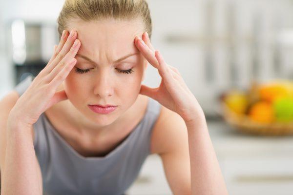 ストレスで頭を抱える女性