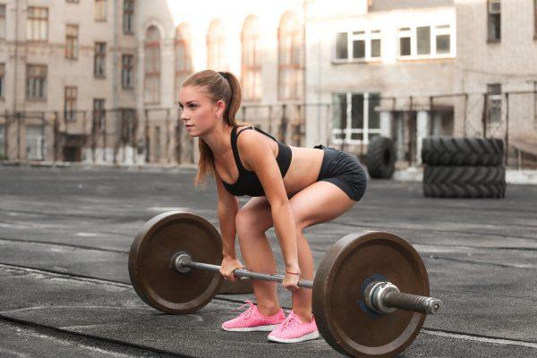 デッドリフトのトレーニングをする女性