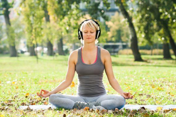 音楽を聴きながらヨガポーズをする女性