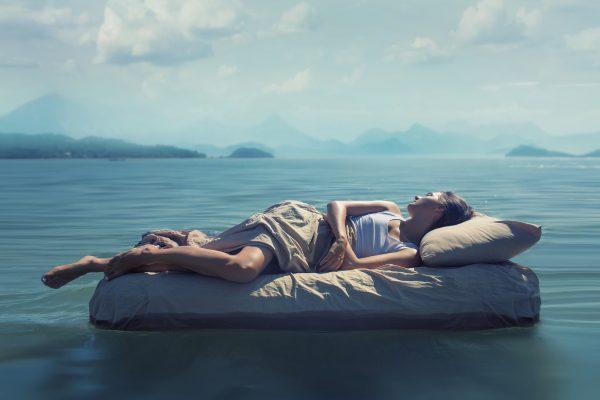 深い眠りにつく女性
