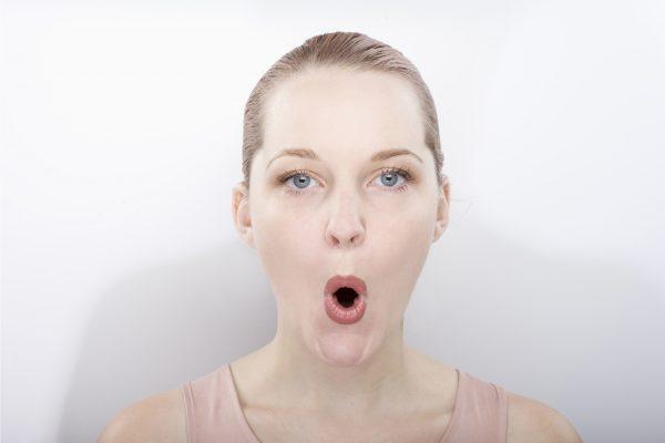 表情筋のトレーニングをする女性