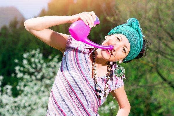 ヨガの浄化法の鼻うがいをする女性
