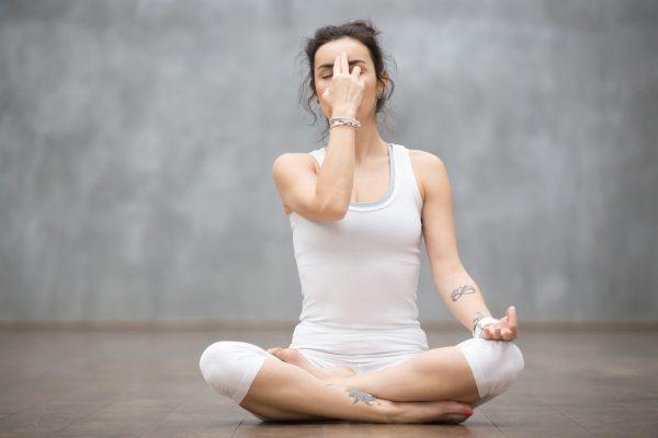 ヨガの呼吸法を行う女性