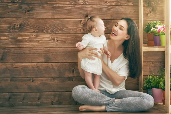 赤ちゃんに笑いかける女性