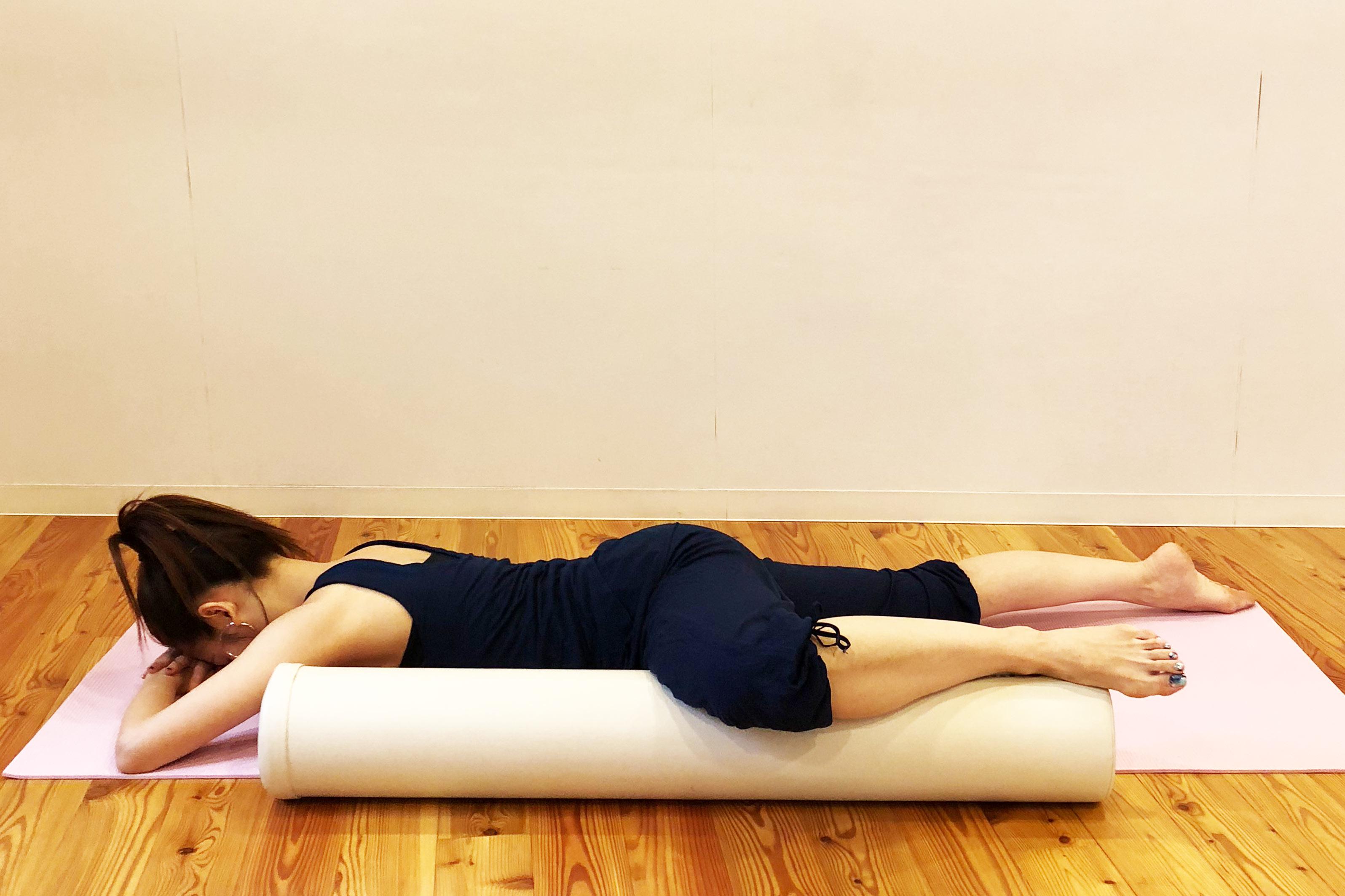 内腿をポールでマッサージする女性