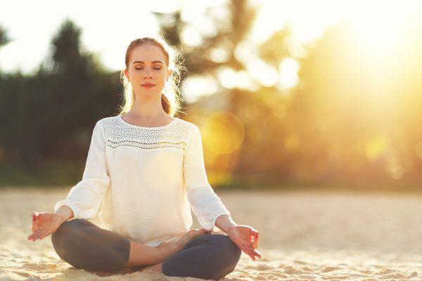 外で瞑想をする女性