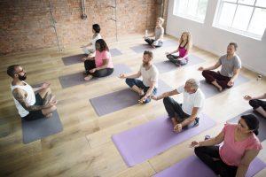 ヨガのレッスンで瞑想をする生徒たち