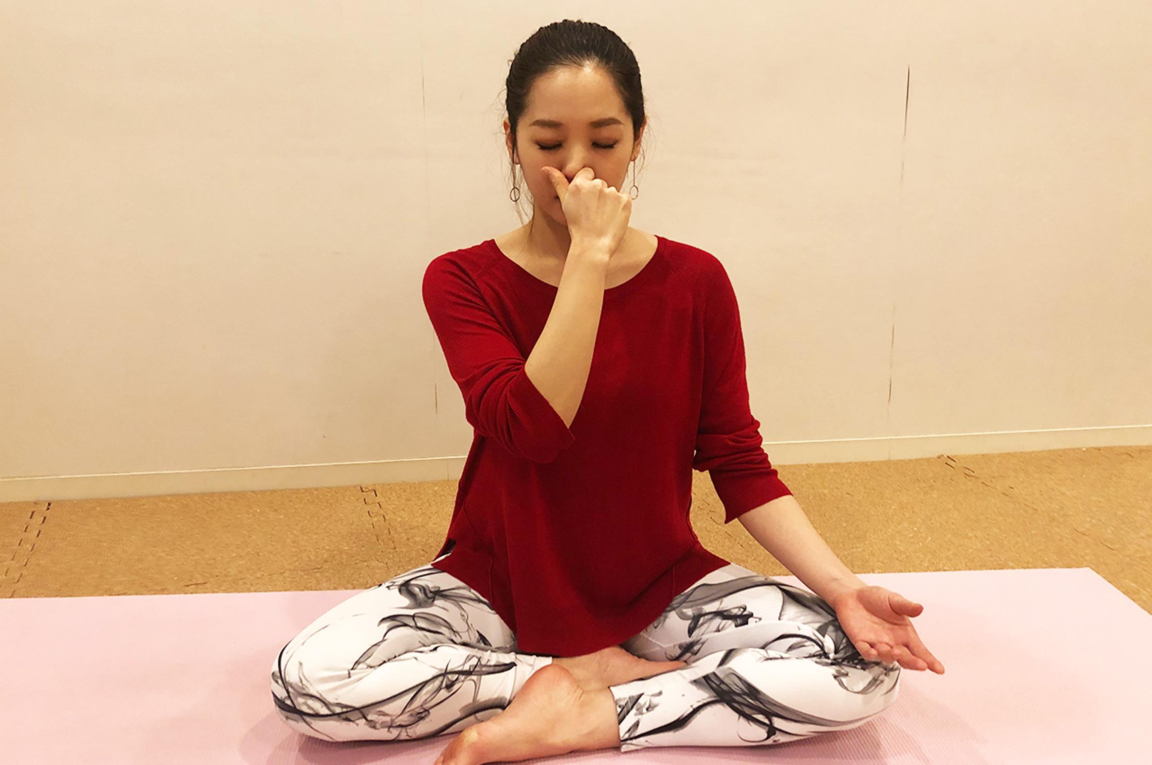 ヨガの片鼻呼吸法をする女性