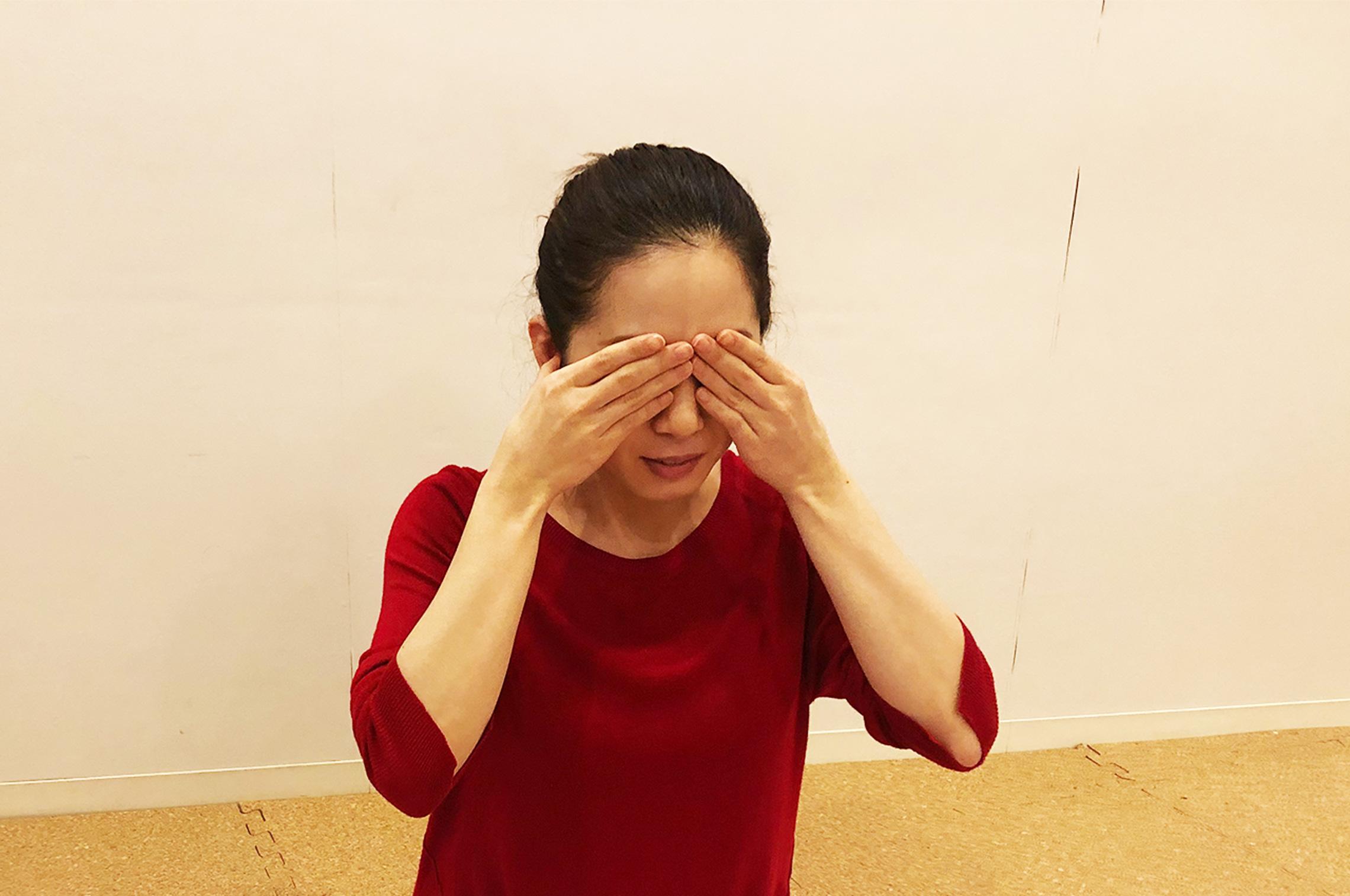 ブラーマリー呼吸法を目を隠して行う女性