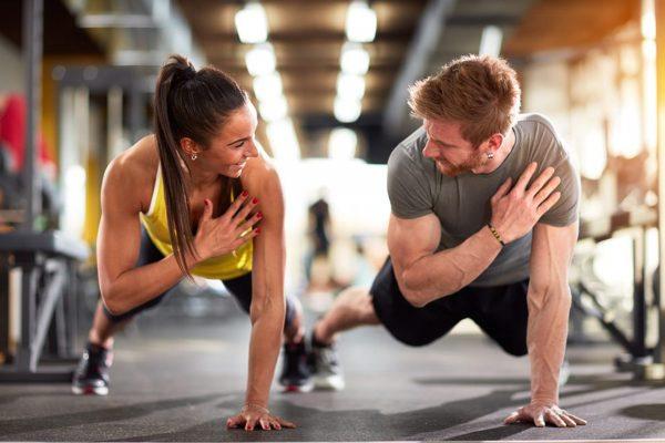 ジムで体幹トレーニングをする男女