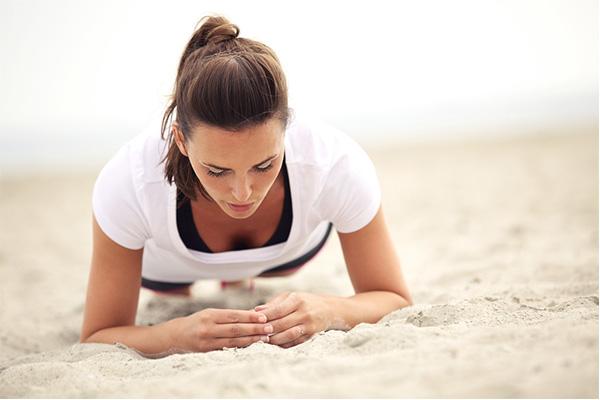 体幹のトレーニングを行う女性