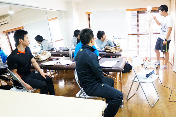 講義する講師と生徒たち
