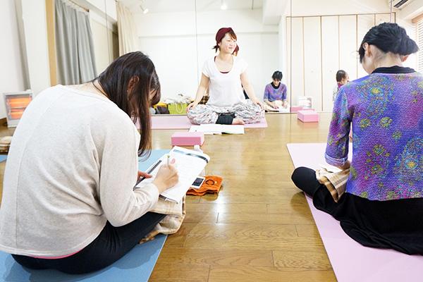 講座で指導する講師と生徒たち