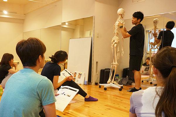 人体模型を使って説明する講師と生徒
