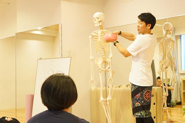 人体模型を使いながら講義をする講師