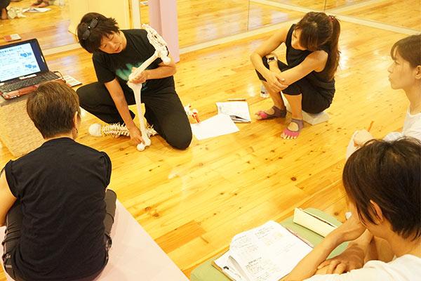 人体模型を使って講義を行う講師と生徒