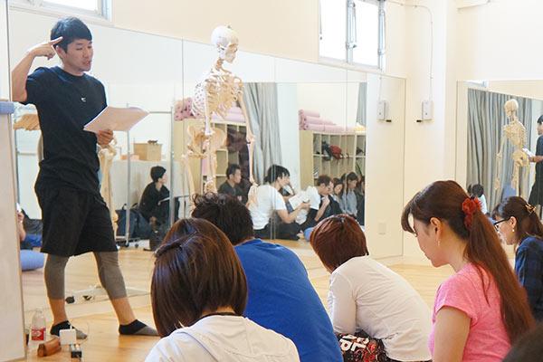 感覚器についての説明をする講師と講座を受ける生徒