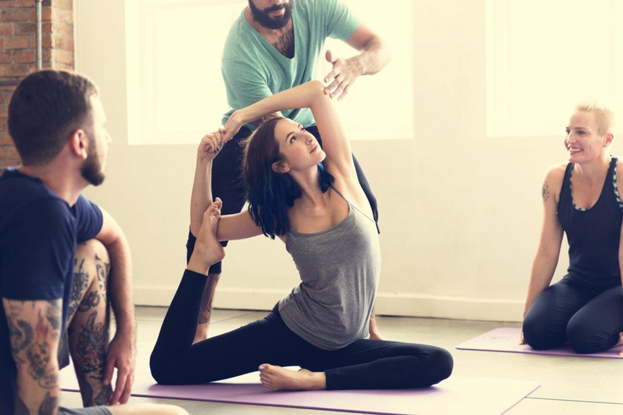 ヨガポーズを練習する女性とインストラクター