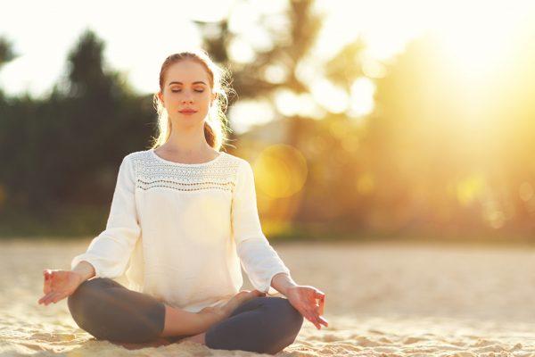 安楽座のヨガポーズで瞑想する女性