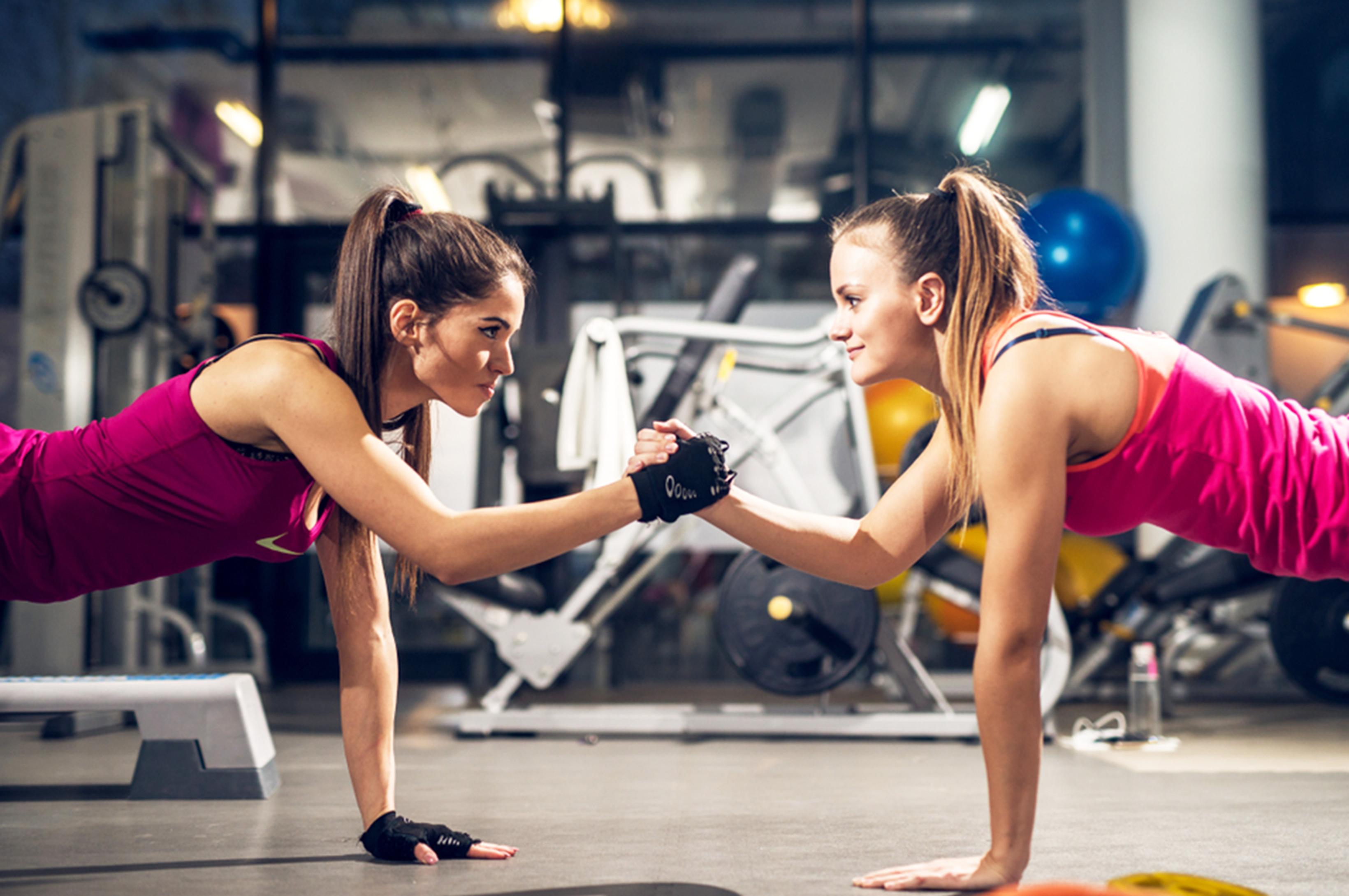 ジムでトレーニングをする女性2人