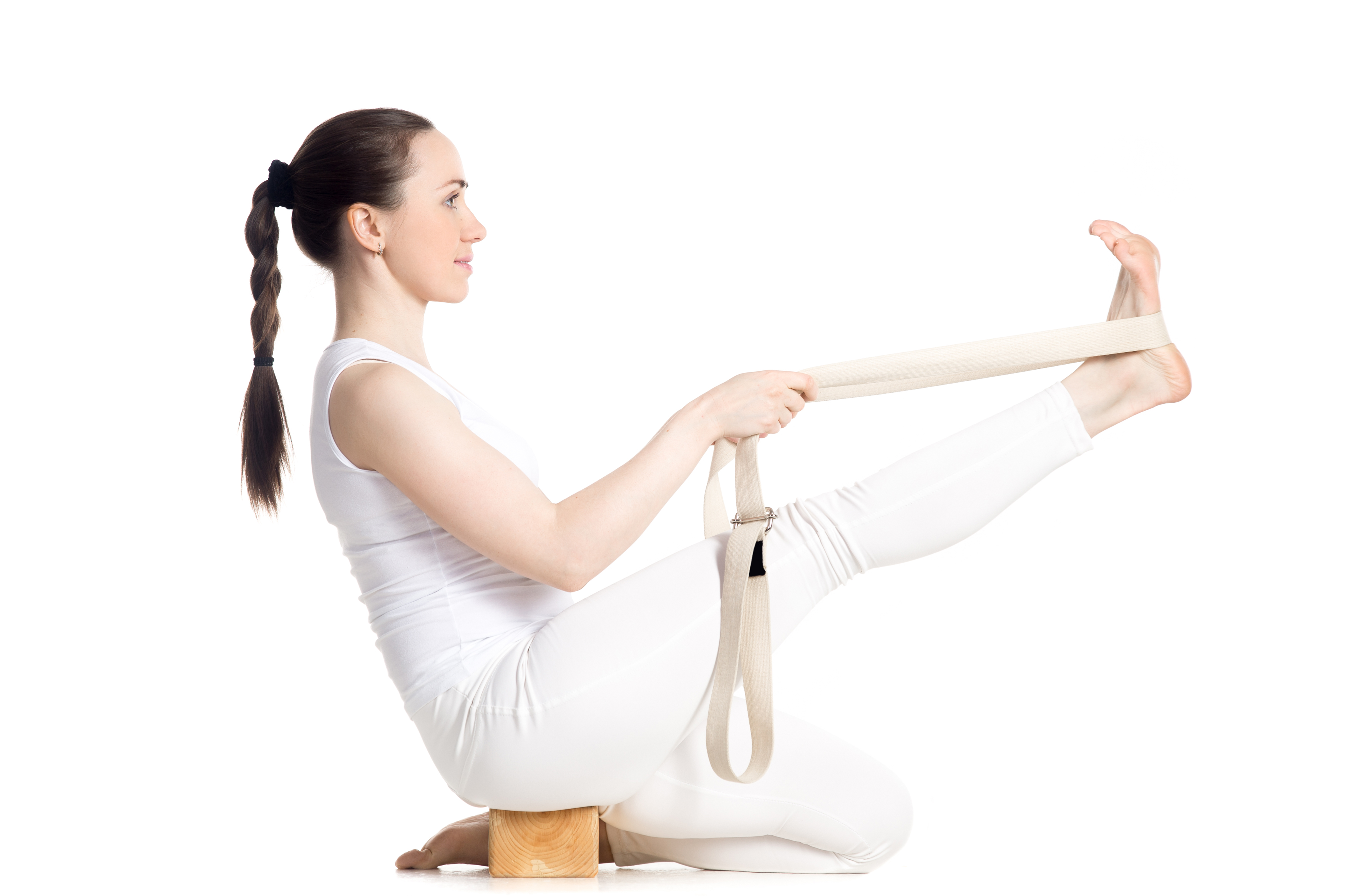 ヨガのプロップスを使ってポーズを練習する女性