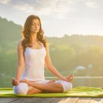 ヨガのロータスポーズで瞑想する女性