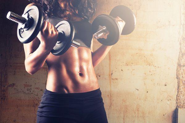 ダイエットのために筋トレをする女性