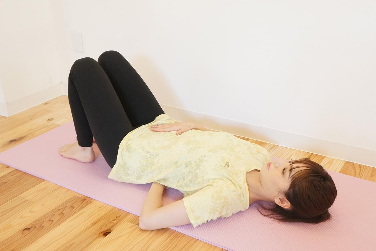 腰の下に手の平が入るピラティスニュートラルポジション