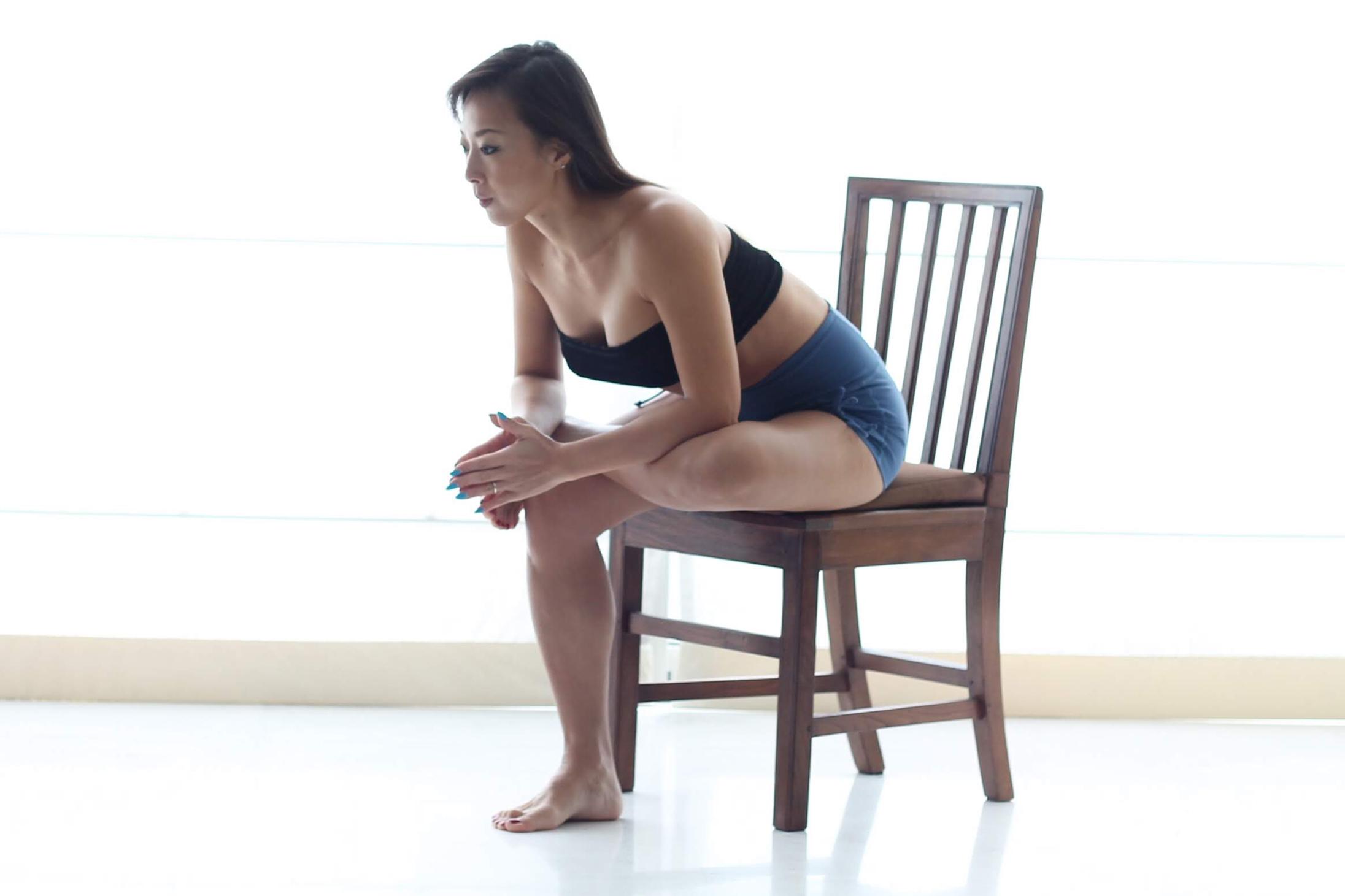 椅子に座った鳩のポーズ