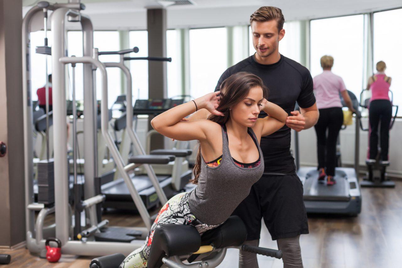 パーソナルトレーニング で背筋を鍛える女性