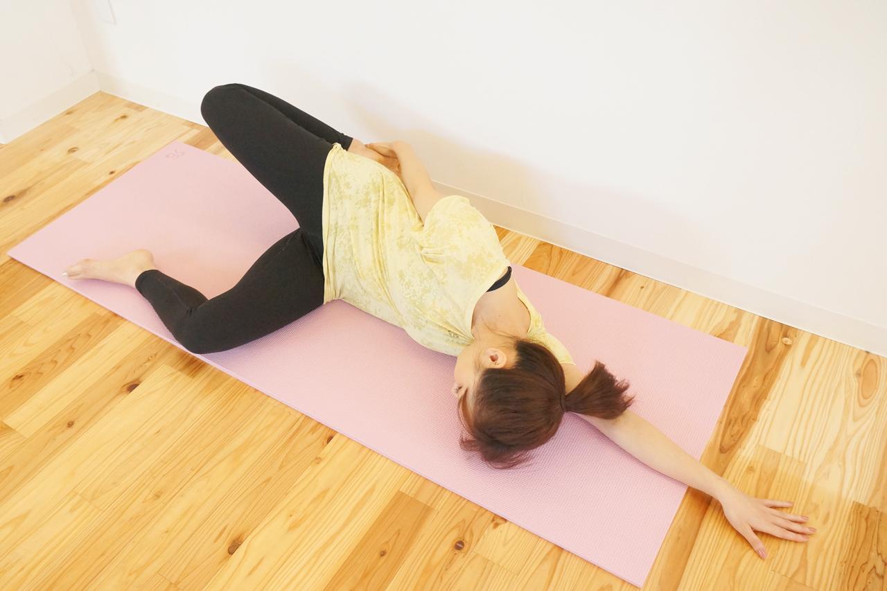 寝位で大腿直筋のストレッチ
