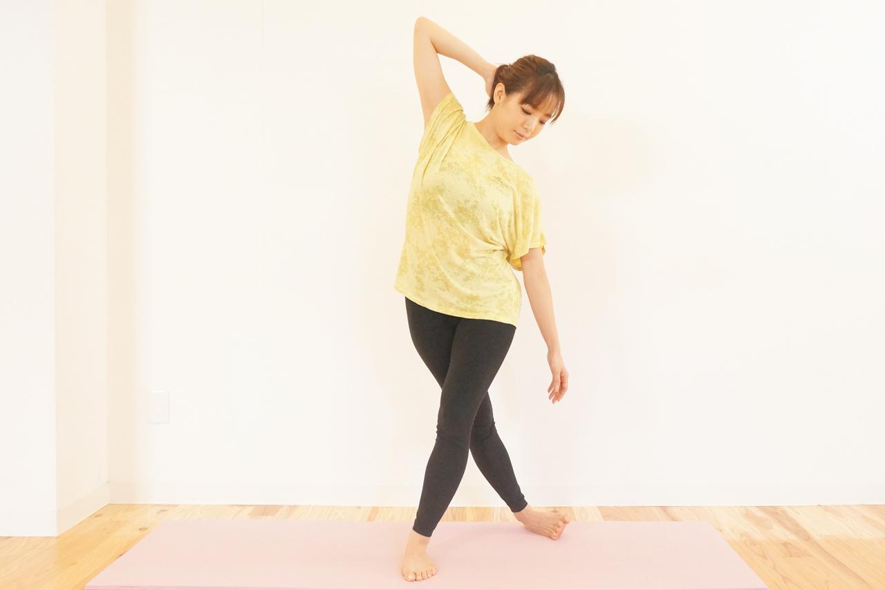 立位の大腿筋膜張筋のストレッチ
